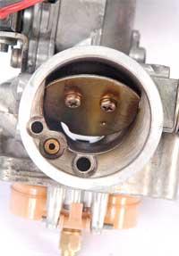 Kabel dari selongsong gas dikaitkan dengan mekanisme klep kupu-kupu