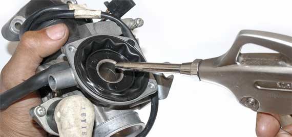Benda tajam dan kompresor pemicu karet bocor